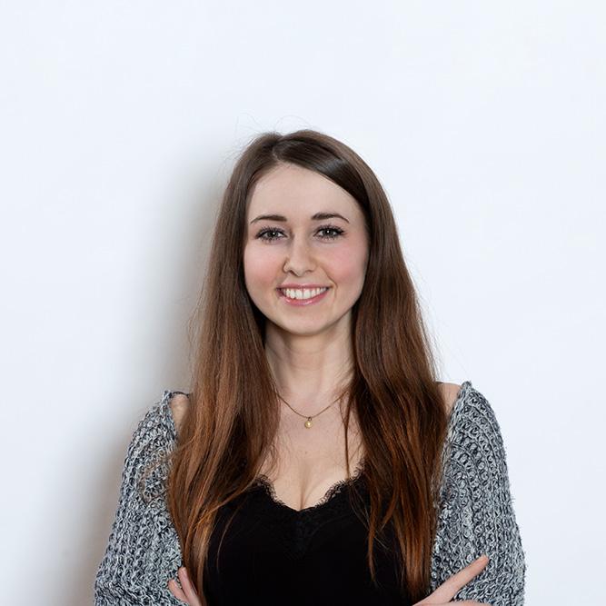 Porträt von unsere Testimonial Natalia, die in die Kamera guckt